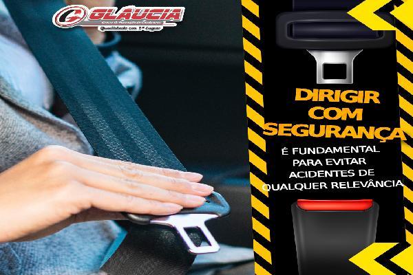 Dirigir com segurança é fundamental para evitar acidentes de qualquer relevância